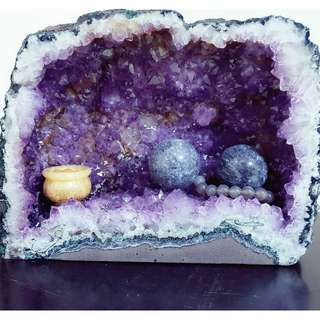 Amethyst Geode With Gold Crystals (鈦金紫水晶洞)
