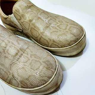 Sepatu casual snake pattern keren