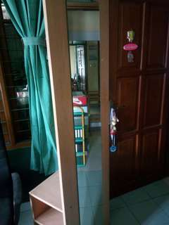 Cermin serbaguna ada rak n baju gantung bahan kayu belanda