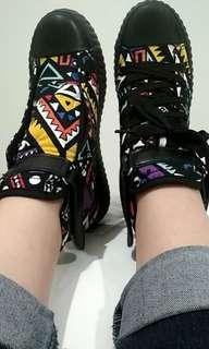 Sneakers hitam corak