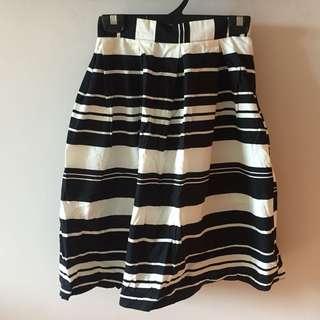 Skirt in black& white stripes 黑白間條半截裙 made in Korea