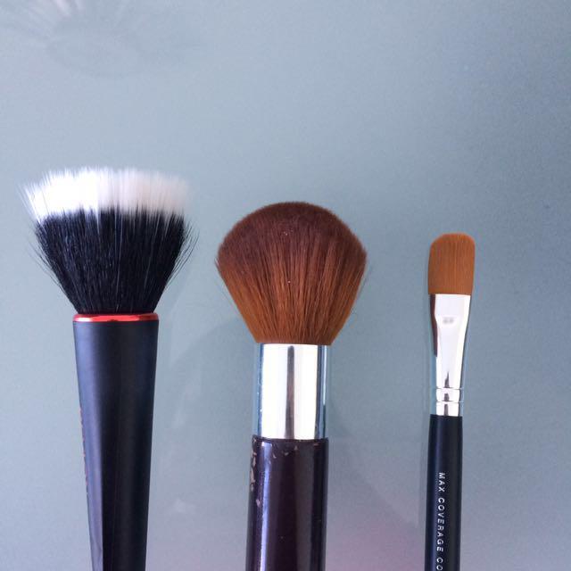 3 face makeup brushes