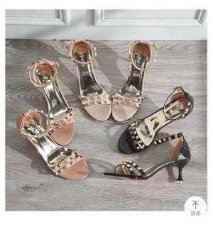 預售,卯釘細跟露趾一字扣涼鞋