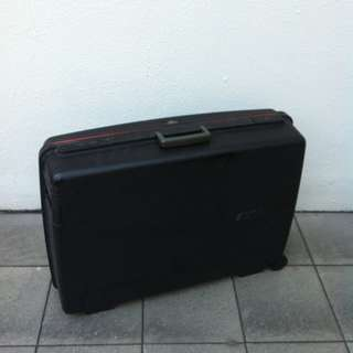 Delsey 28 inches hardcase luggage. Dimensions 70 x 54 x 20cm.