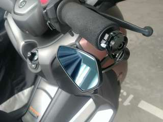 Aftermarket Barend Mirror installed on Yamaha Xmax.