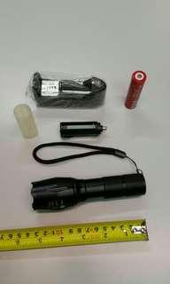 無盒包裝系列:全新黑色強光(COB白光)手電筒,備變焦功能。
