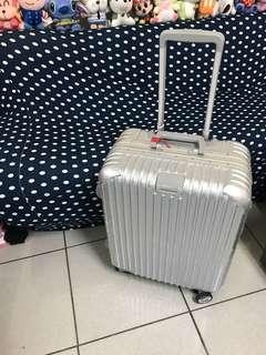 九成新~22吋鋁框行李箱~