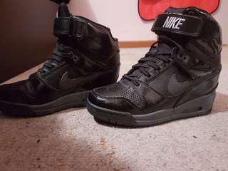 Black Nike heals size 7