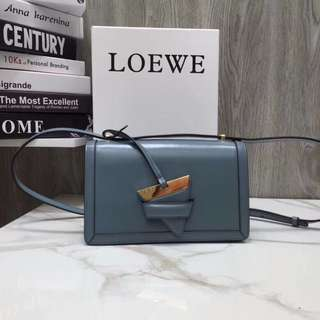 【LOEWE】羅意威型號10158,眾多明星街拍款,經久耐看,不喜歡軟塌塌的包包的小主兒選擇這樣的box 版型包包就完美了背帶可調,上身效果特別好,簡單不挑人。因尺寸:24.5*15*8cm 配原版盒子