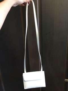 🚚 純白PU皮革三角小包