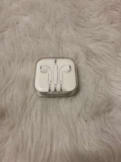 🚚 apple earpods with 3.5mm headphone jack.