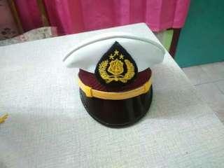 Topi pet miniatur polisi