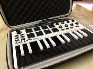Akai Mini MPK II (Limited edition black/white) with LTGEM case