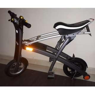 STIGO - E Scooter with seat. Fold and pull into MRT