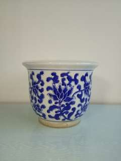 Hand painted bule n white porcelain pot perfect condition