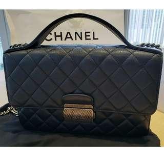 9成新Chanel – Flag bag with top handle BLACK color