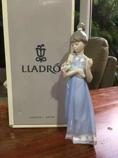 Lladro figurine - present for teenage kid —-Tender innocence/ retired edition —23x 7 cm -Only the box looks old but figurine has not been displayed !