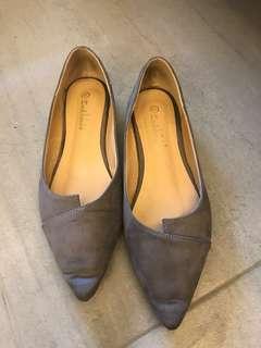 灰色尖頭平底鞋