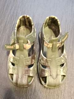 PRELOVED Boy's Green Camouflage Print Rubber Sandals - in good condition with minor flaw