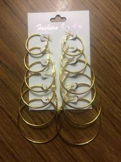 Golden hoop earrings set