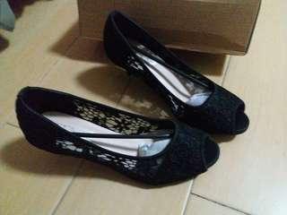 蕾絲露趾黑色高跟鞋 lace open-toe high heels