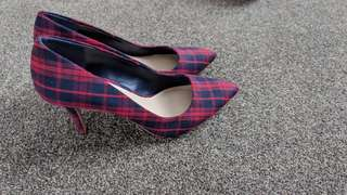 Georgous high heel shoes (size 8)