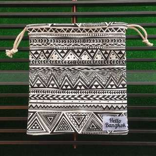 🚚 《全新現貨》泰國文創品牌 Hello Bangkok 束口抽繩小方型側背包/萬用袋-藝術D