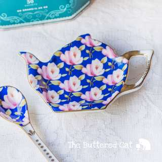 Lovely vintage porcelain tea bag holder / spoon rest in the shape of a teapot, with matching tea spoon