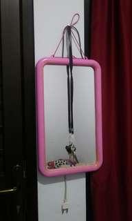 Kaca Gantung Pink