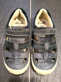 PRELOVED CLARKS Boy's Navy Blue Velcro Straps Leather Open Shoes Size 26 - in very good condition