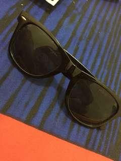 Kacamata item wanita