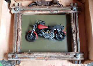 鐵製立體電單車掛畫 木邊包邊 立體金屬做電單車  長約3尺 ,高约20吋 ,$199. 電9036 748