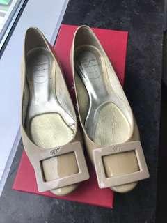 PRELOVED Roger Vivier RV Beige Flats Gommette Ballerinas in Patent Leather EU36