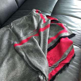 🚚 100%Viscose 素材紗線 Rayon 嫘縈 人造絲圍巾 披巾 雙面皆可用 一面深灰一面深紅色 全新未拆未用過