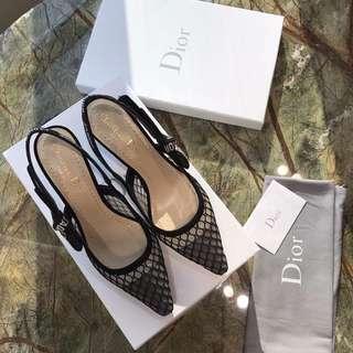 J'A Dior  網眼布織帶貓跟鞋 經典的貓跟版型 新網眼布蝴蝶結織帶元素 散髮著小女人又帶點酷酷的味道 Dior線下最紅的一個系列產品 高跟非常適中 羊京鞋口 意大利真皮大底 羊皮墊腳 35-41 現貨