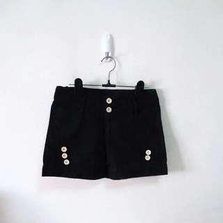 🚚 鈕釦造型黑色短褲
