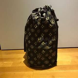 🚚 Beams boy 深咖啡色logo印花尼龍單肩包 斜背包 後背包 可以使用拉鍊拿放物品 不需要使用束繩 二手近全新