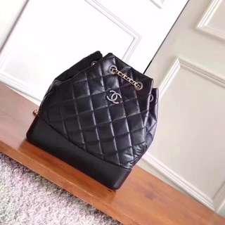 Chanel香奈兒 Gabrielle流浪背包 休閒街頭風,這款包有兩個不同顏色的鍊子,可以雙肩帶背,也可以斜挎 採用進口大象紋胎牛皮 柔韌度極高 尺寸24×23×11.5cm