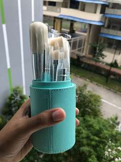 🚚 $15.80 only. Brush set in green