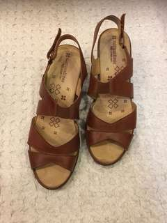 Naturalized wedges, 8.5 M (US size)