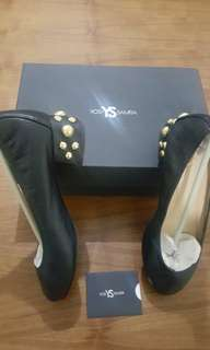 Yosi Samra with gold stud pump
