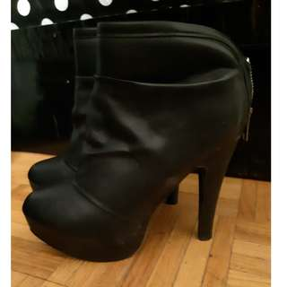 Black boots style high heels