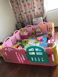 Baby playpen 9/10, play mat included