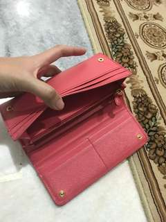 Prada wallet preloved. .got scuff but nego for fast payment