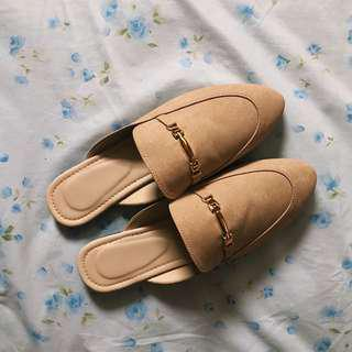Beige pointed mules