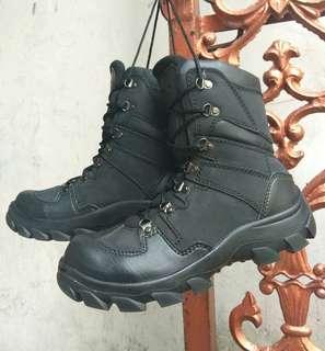 Sepatu hitam 8inc