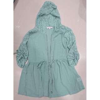 betty's貝蒂思 蕾絲拼接抽繩雪紡連帽外套-水綠