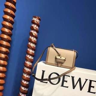 Loewe 全新荔枝紋三角包