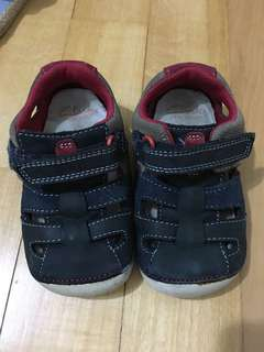 🚚 Clarks baby shoes (size 5.5)
