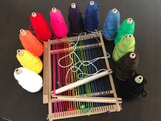 Weaving loom + yarn